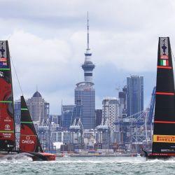 El italiano Luna Rossa compite contra el equipo de Nueva Zelanda durante el sexto día de la America's Cup en Auckland. | Foto:illes Martin-Raget / AFP