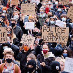 Manifestantes sostienen pancartas en Parliament Square mientras se manifiestan contra el proyecto de ley de policía, delitos, sentencias y tribunales del gobierno, que se debatió en el Parlamento en Londres. | Foto:Tolga Akmen / AFP