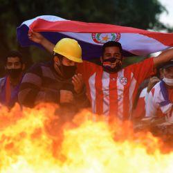 Los opositores al presidente paraguayo Mario Abdo Benítez se manifiestan a la espera del veredicto del libelo acusatorio para su juicio político, en Asunción. | Foto:Daniel Duarte / AFP