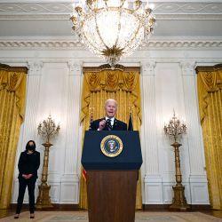 El presidente estadounidense Joe Biden, flanqueado por la vicepresidenta estadounidense Kamala Harris, habla sobre los esfuerzos nacionales de vacunación en el East Room de la Casa Blanca en Washington, DC. | Foto:Jim Watson / AFP