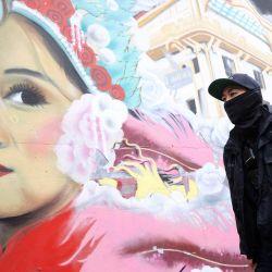 El oficial de policía de San Francisco Loren Chu camina junto a un mural mientras patrullaba a pie en Chinatown en San Francisco, California. La policía de San Francisco ha intensificado las patrullas en los vecindarios asiáticos a raíz de una serie de tiroteos en spas en el área de Atlanta que dejaron ocho personas muertas, incluidas seis mujeres asiáticas. | Foto:Justin Sullivan / Getty Images / AFP