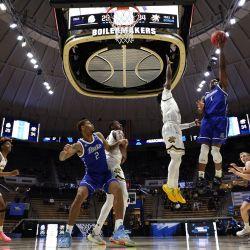 Joseph Yesufu de los Drake Bulldogs intenta un tiro contra los Wichita State Shockers durante la segunda mitad del juego First Four antes del Torneo de Baloncesto Masculino de la NCAA en Mackey Arena en West Lafayette, Indiana. | Foto:Gregory Shamus / Getty Images / AFP
