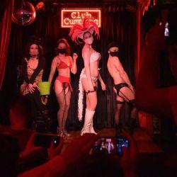 Artistas burlescos posan después del espectáculo  | Foto:Angela Weiss / AFP