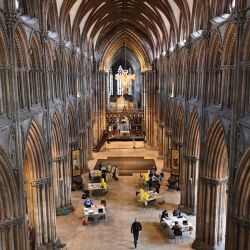 El público recibe una dosis de la vacuna AstraZeneca / Oxford Covid-19 en la catedral de Lichfield, que se ha convertido en un centro de vacunación temporal, en Lichfield, en el centro de Inglaterra. | Foto:Oli Scarff / AFP