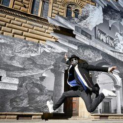 El artista francés JR salta mientras posa durante la inauguración de su instalación visual  | Foto:Alberto Pizzoli / AFP