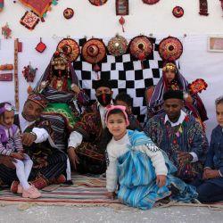 Libios posan para una foto durante un festival cultural en la aldea de al-Athrun en el distrito de Derna, a unos 50 kilómetros al este de la ciudad de Baida, en el noreste de Libia. | Foto:AFP