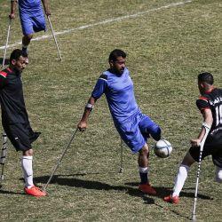 Jugadores palestinos compiten durante la final de un campeonato local de fútbol para amputados entre Al-Jazeera y Al-Abtal, organizado por el Comité Internacional de la Cruz Roja, en la ciudad de Gaza, en medio de la pandemia de coronavirus. | Foto:Mohammed Abed / AFP