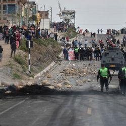 Vista de un bloqueo en la vía que une las ciudades serranas de Puno y Arequipa luego de enfrentamientos con la Policía Nacional durante un paro de transportistas a nivel nacional contra el aumento del costo del combustible. | Foto:Diego Ramos / AFP