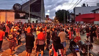 Los hinchas de Chacarita Juniors hicieron un banderazo antes del clásico con Atlanta.