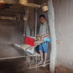 El profesor Nicolás fajardo en plena actividad en su telar ancestral.
