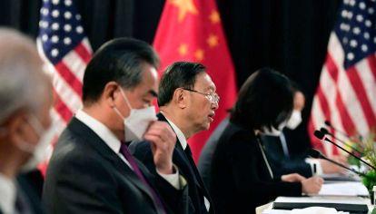 Frente a frente.  El canciller Wang Yi, y el máximo diplomático del PC, Yang Jiechi, por el lado chino, y el secretario de Estado Antony Blinken y el asesor de Seguridad Nacional, Jake Sullivan, por el lado de EE.UU. Fuertes mensajes en la sesión abierta, negociación a puertas cerradas.