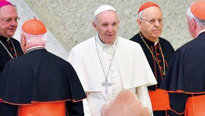 ¿Grieta? Francisco espanta al clero conservador con sus posiciones sobre el LGBT.