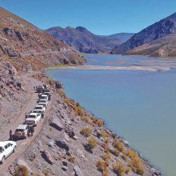 Descanso de la caravana de camionetas junto a la laguna Cari Lauquen.