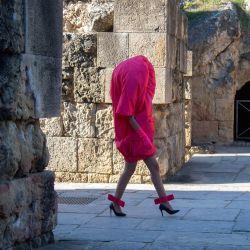Una modelo presenta una creación de LARHHA durante la Semana de la Moda Andaluza Code'41 en el Anfiteatro de Itálica en Sevilla.   Foto:Cristina Quicler / AFP