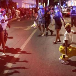 Las personas abandonan el área cuando el toque de queda a las 8 pm entra en vigencia en Miami Beach, Florida. Los estudiantes universitarios han llegado al área del sur de Florida para el ritual anual de las vacaciones de primavera, lo que llevó a los funcionarios de la ciudad a imponer un toque de queda de 8 p.m. a 6 a.m. a medida que continúa la pandemia de coronavirus. La policía de Miami Beach ha informado de cientos de arrestos y ha aumentado el despliegue para controlar las crecientes multitudes de vacaciones de primavera.   Foto:Joe Raedle / Getty Images / AFP