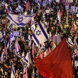 Los manifestantes se reúnen con banderas israelíes y de colores rojo y rosa durante una manifestación contra el gobierno cerca de la residencia del primer ministro israelí en Jerusalén.   Foto:Emmanuel Dunand / AFP