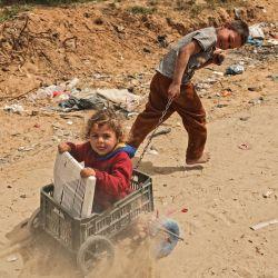 Niños palestinos juegan junto a su casa en la ciudad de Gaza.   Foto:Mohammed Abed / AFP