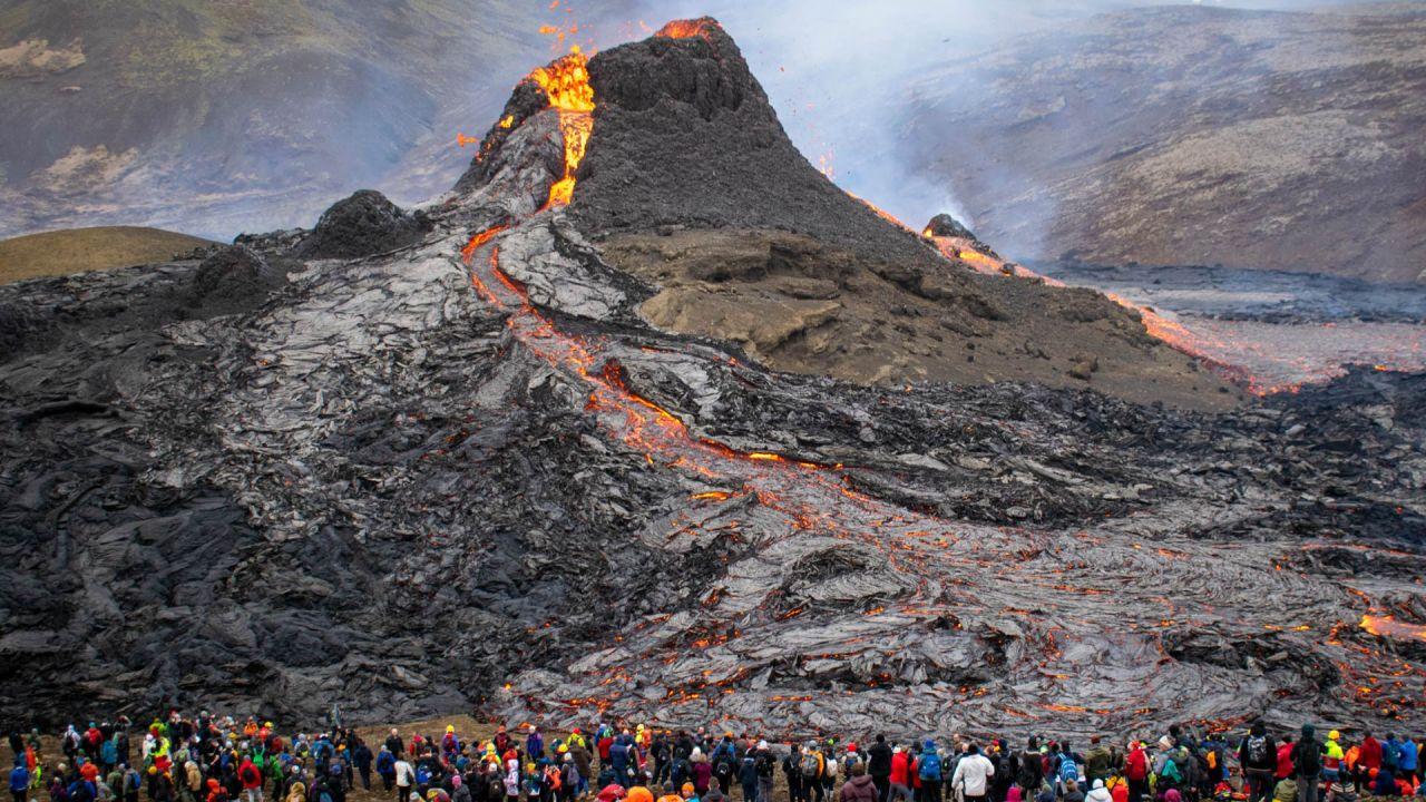 Los excursionistas miran la lava que fluye del volcán Fagradalsfjall en erupción a unos 40 km al oeste de la capital islandesa.   Foto:Jeremie Richard / AFP