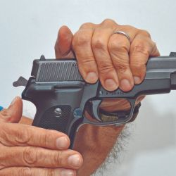 Si una vaina o cartucho se niega a ser extraído, tome su arma por la corredera y golpee la empuñadura de atrás a adelante con la palma de la otra mano.