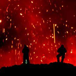 La fotografía muestra a personas observando la erupción del volcán Klyuchevskoy en la península de Kamchatka, en el extremo oriental de Rusia. - La erupción de un volcán en una península rusa ha atraído a turistas en busca de emociones fuertes que arriesgan sus vidas por fotografías pintorescas, lo que generó preocupación en los últimos días por parte de los servicios de emergencia locales. | Foto:Maxim Fesyunov / AFP