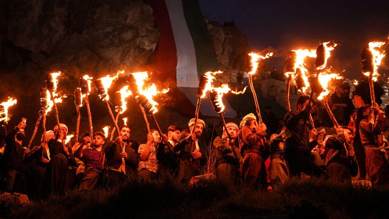 Hombres kurdos iraquíes sostienen antorchas de fuego durante las celebraciones de Nowruz, el año nuevo persa. El año nuevo persa o el año nuevo kurdo es una antigua tradición zoroástrica celebrada por iraníes y kurdos el en marzo de cada año y coincide con el equinoccio de primavera. | Foto:Ismael Adnan / DPA