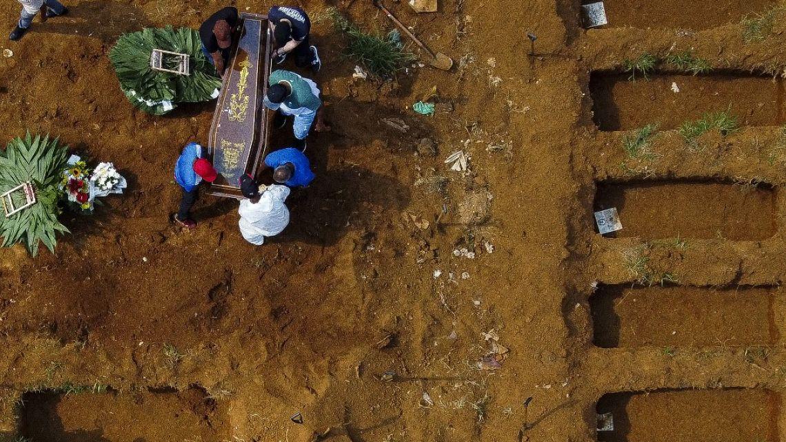Covid en Brasil: cifra récord de 3.000 muertos en un día y cacerolazo a Bolsonaro