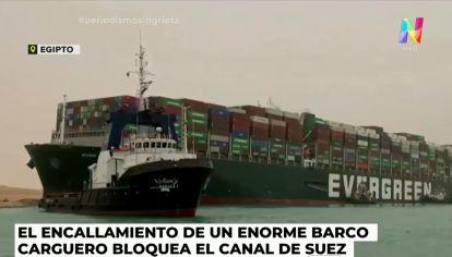 Barco encallado en el Canal de Suez