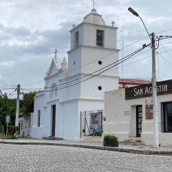 Iglesia de San Agustín, frente a la plaza principal de Merlo.