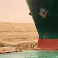 Ever Given, uno de los más grandes del mundo con 220.000 toneladas, 400 m de eslora, 59 m de manga y 15,6 m de calado.