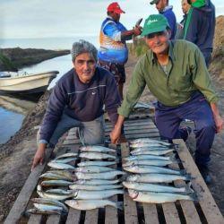 Los pescadores que van al pesquero toman nota de los consejos de Diego.