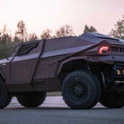 El vehículo se destaca a simple vista por su diseño agresivo, macizo y moderno.