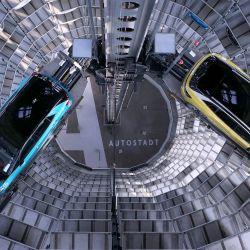 Los nuevos automóviles eléctricos Volkswagen están en exhibición en la torre de almacenamiento de automóviles del fabricante de automóviles alemán Volkswagen en Wolfsburg, en el norte de Alemania. | Foto:Ronny Hartmann / AFP