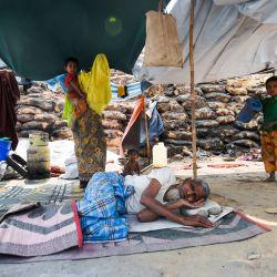 Una familia de refugiados rohingya descansa en un refugio temporal días después de que un incendio quemara su casa en un campo de refugiados en Ukhia, en el distrito sureste de Cox's Bazar.   Foto:Munir Uz zaman / AFP