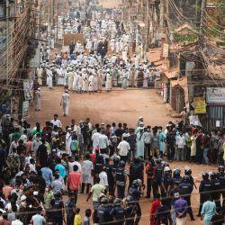 Activistas del grupo Hifazat-e Islam chocan con la policía en Chittagong durante una manifestación contra la visita del primer ministro indio Narendra Modi a Bangladesh.   Foto:AFP