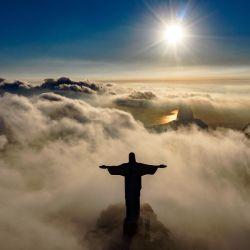 El sol sale frente a la estatua del Cristo Redentor en Río de Janeiro. - El Cristo Redentor está celebrando su 90 aniversario en octubre de 2021 y está recibiendo trabajos de restauración para garantizar que se vea lo mejor posible para el público y los visitantes. turistas. | Foto:Carl De Souza / AFP