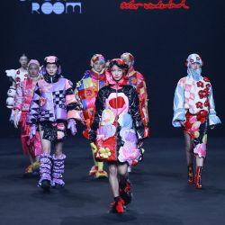 Los modelos muestran creaciones de la colección Leaf Xia colorwonderland de Xia Yiqi durante la Semana de la Moda de China en Beijing. | Foto:STR / AFP