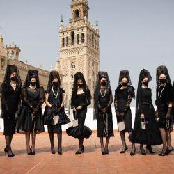 España, Sevilla: modelos con mantillas, velos tradicionales españoles, se paran frente a una catedral mientras los diseñadores y empresas de Qlamenco, una asociación de diseñadores de moda y artesanía flamenca de Andalucía, celebran la mantilla con el  | Foto:María José López / EUROPA PRESS / DPA