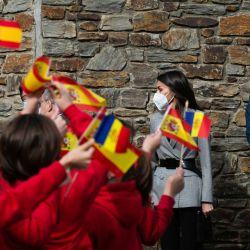 El rey Felipe VI de España y la reina Letizia de España saludan a los alumnos del colegio María Moliner durante una visita a Andorra. | Foto:Maricel Blanch / EUROPA PRESS / DPA