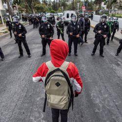 EE. UU., Los Ángeles: personas protestan frente a las oficinas del concejal de la ciudad de Los Ángeles, Mitch O'Farrell, por la eliminación de un gran campamento para personas sin hogar en Echo Park. | Foto:Hans Gutknecht / DPA