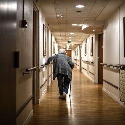 Una anciana camina por un pasillo en la residencia de ancianos    Foto:Christophe Archambault / AFP