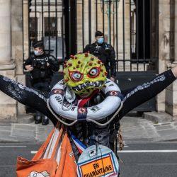 Francia, París: una persona disfrazada participa en una protesta contra la reforma del seguro de desempleo frente al Ministerio de Cultura. | Foto:Sadak Souici / Le Pictorium Agency vía ZUMA / DPA