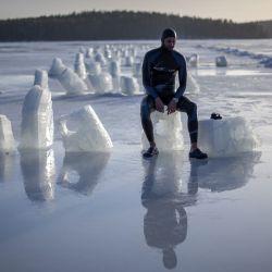 El apneista francés Arthur Guerin-Boeri, de 36 años, posa para una fotografía después de establecer un nuevo récord mundial CMAS de Apnea bajo hielo, nadando 120 metros (394 pies), realizado con una respiración en tres minutos, vistiendo un traje de neopreno. pero sin aletas ni guantes en un lago en Heinola. | Foto:Olivier Morin / AFP