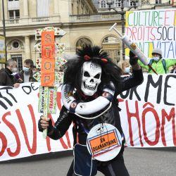 Manifestantes sostienen una pancarta en la que se lee 'Retirada de la reforma del seguro de desempleo' y 'La cultura y los derechos sociales son vitales' durante una manifestación de profesionales del entretenimiento y trabajadores precarios, en París. | Foto:Bertrand Guay / AFP