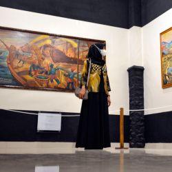 Un visitante mira una pintura durante la exposición    Foto:Chaideer Mahyuddin / AFP