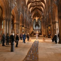 Los fieles participan en un minuto de silencio en el primer aniversario del primer cierre nacional de Covid-19 en la catedral de Lichfield en Lichfield, en el centro de Inglaterra. | Foto:Oli Scarff / AFP