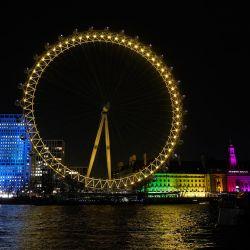 Punto de referencia y atracción turística El London Eye está iluminado con luz amarilla como parte del Día Nacional de Reflexión en el aniversario del primer cierre nacional de Covid-19, en el centro de Londres. | Foto:Niklas Halle'n / AFP