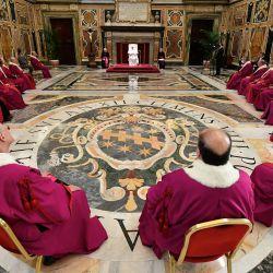 Esta foto tomada y distribuida por los medios del Vaticano muestra al Papa Francisco reuniéndose con miembros de la corte eclesiástica del Tribunal de la Rota Romana, el tribunal de apelación más alto de la Iglesia Católica, en la Sala Clementina de el palacio apostólico en el Vaticano. | Foto:Handout / VATICAN MEDIA / AFP
