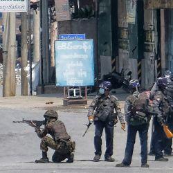Esta foto tomada y recibida de una fuente anónima a través de Facebook muestra a las fuerzas de seguridad sosteniendo armas en una calle de Taunggyi, en el estado de Shan de Myanmar, durante la represión de las protestas contra el golpe militar.   Foto:Handout / FACEBOOK / AFP