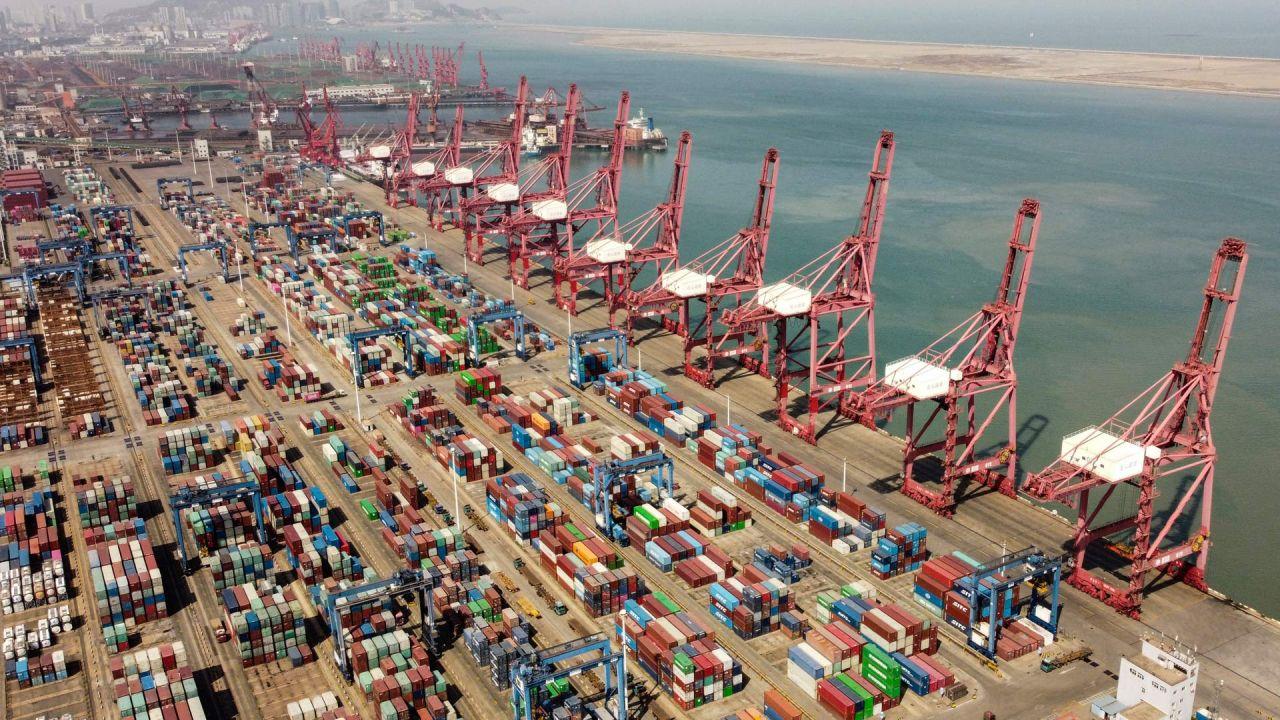 Una fotografía aérea muestra grúas portacontenedores y contenedores en la terminal de contenedores del puerto de Lianyungang en Lianyungang, provincia de Jiangsu. | Foto:Hector Retamal / AFP
