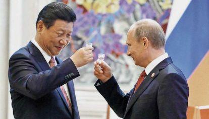 Brindis. Xi Jinping y Vladimir Putin. Desde hace años que ambos tienen un nivel de asociación estratégica. Ahora, la urgencia es desafiar la hegemonía de los Estados Unidos.